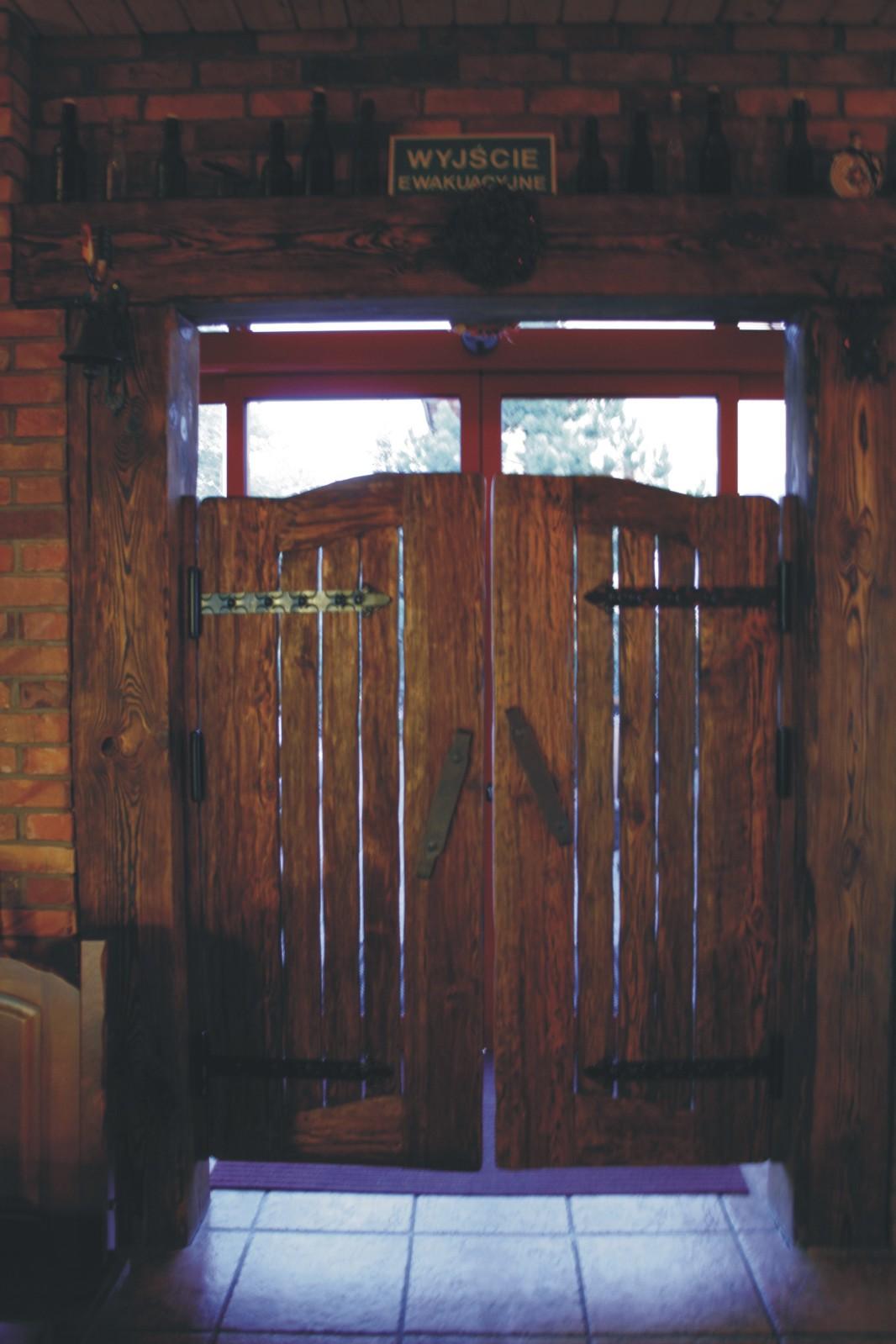 Aranżacja wnętrz Szczecin - stylowe drzwi wejściowe Pub Garaż