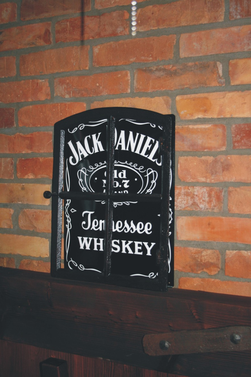 Projektowanie wnętrz Szczecin - ozdoba Jack Daniel's