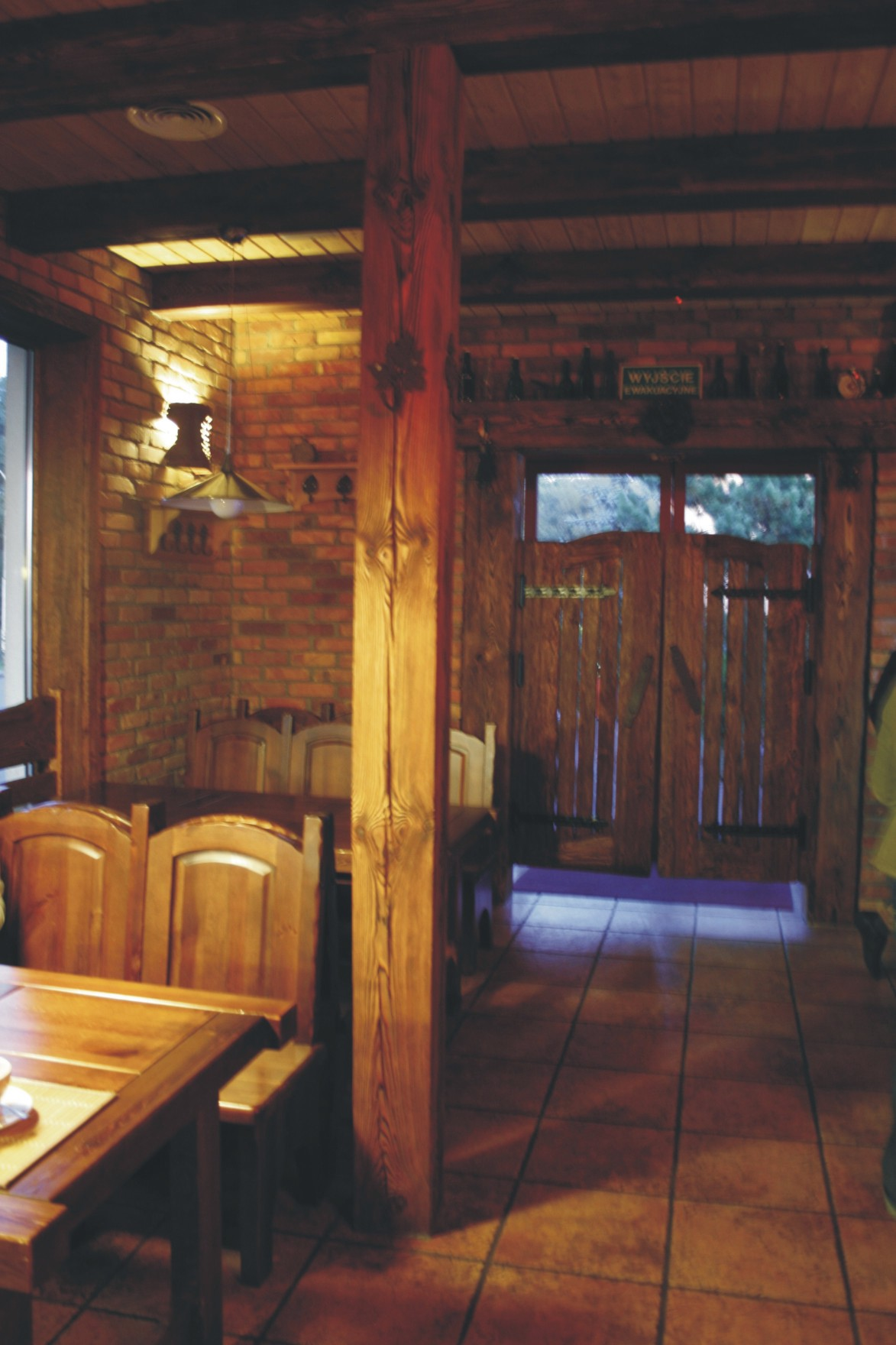 Aranżacja wejścia i sali w pubie Garaż w Szczecinie